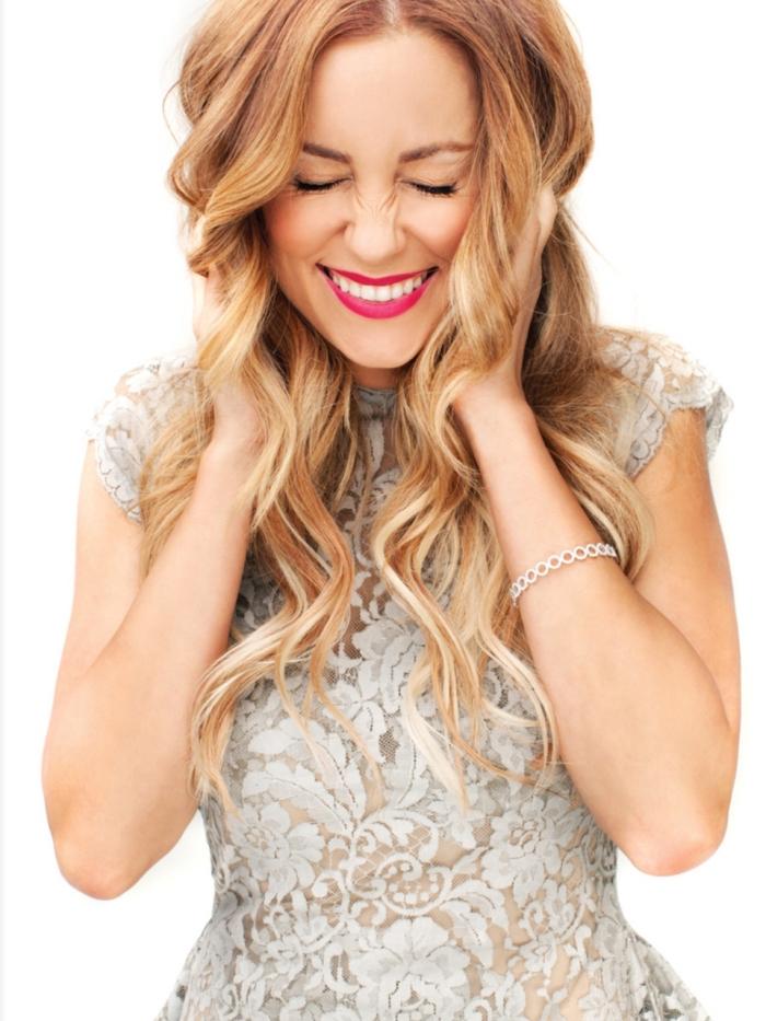 cheveux blond foncé aux reflets cuivrés et mèches dorés, idée coiffure romantique aux cheveux lâchés et bouclés