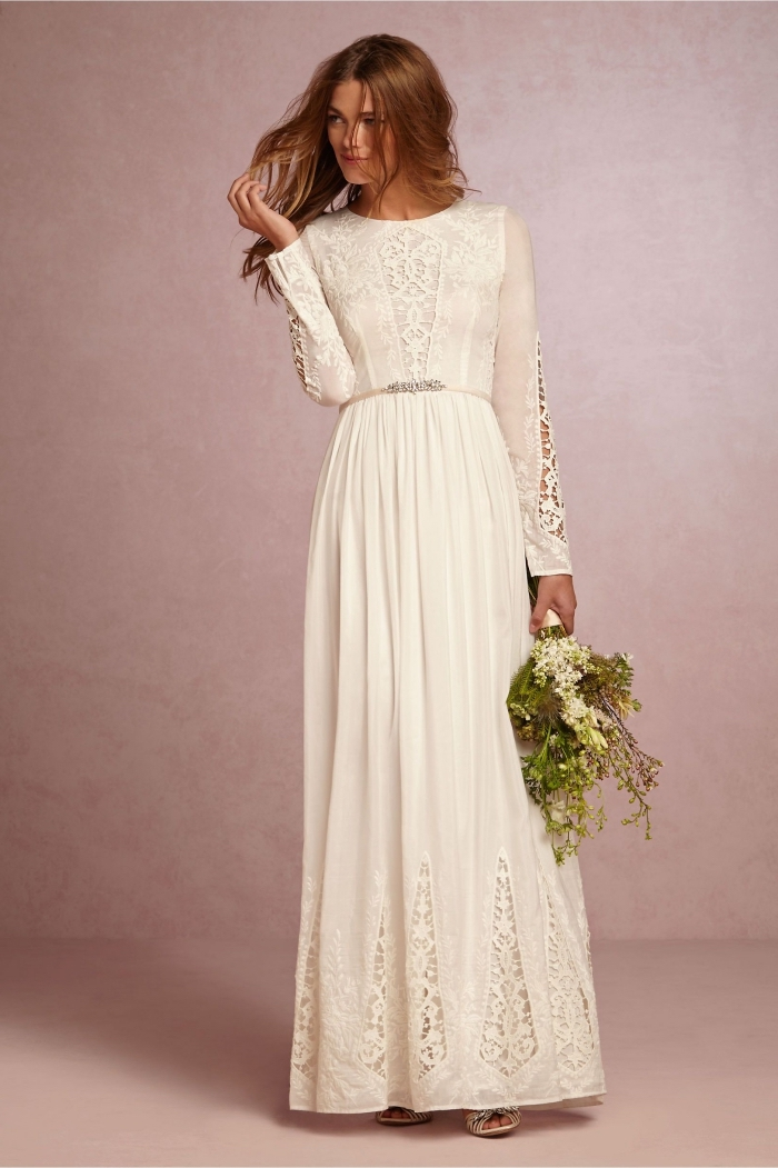 modèle de robe de mariée avec manche longue, idée robe blanche longue avec ceinture et applications en dentelle