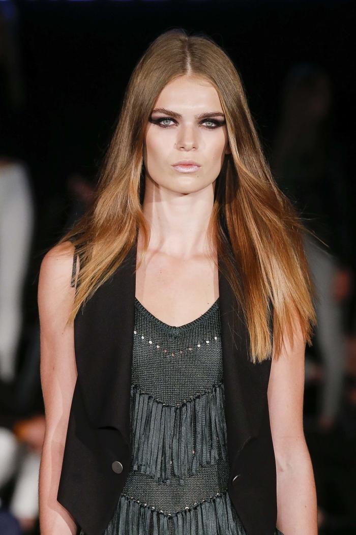 technique de coloration moderne à effet ombré, cheveux longs et lisses aux racines châtain avec longueurs blond caramel