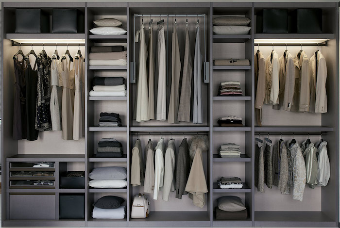 Caisson dressing idée déco chambre parentale comment ranger ses vetements stylée en gris, belles robes et costumes