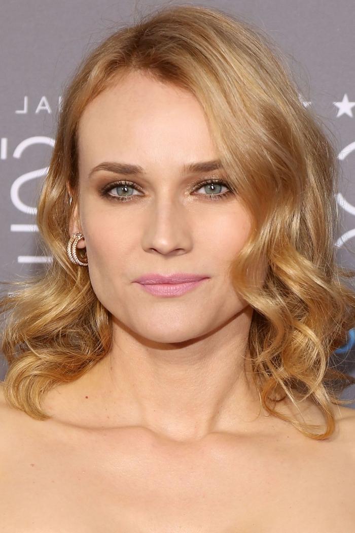 couleur de cheveux pour yeux bleus-gris, idée coloration blond caramel pour cheveux de base châtain clair