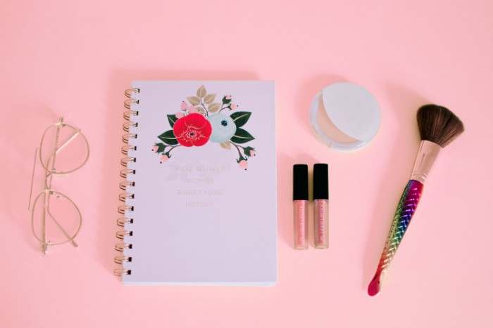 cahier pour les filles, lunettes de vue moderne, pinceau blush, fond rose
