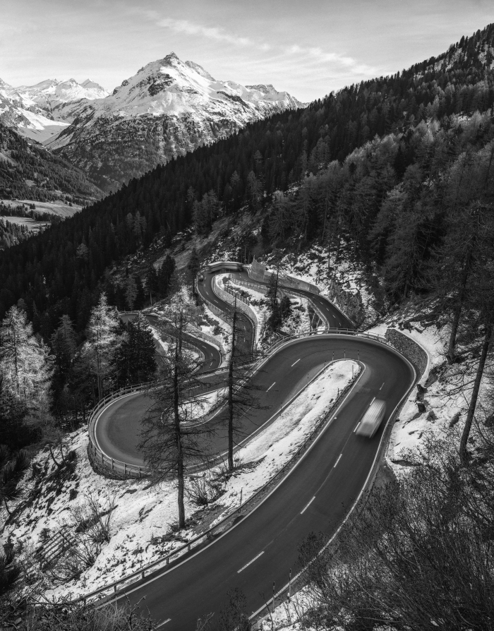 une route sinueuse serpentant dans la montagne suisse, joli paysage de montagne en hiver