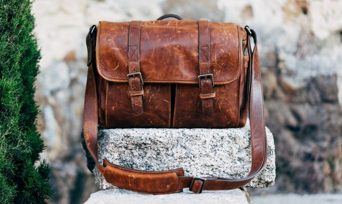 un sac bandoulière en cuir d'aspect vintage avec deux sangles, idée cadeau homme qui aime les aventures en plein air