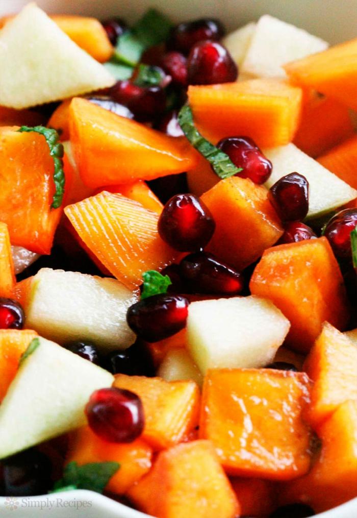 salade fruits gourmande, kaki haché, pommes hachés, graines de grenade, herbe aromatique; recette salade de fruits