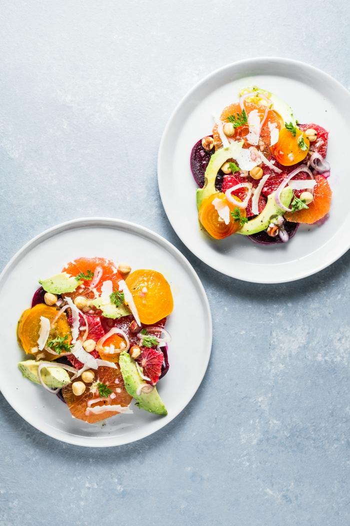 salade de fruits hiver, kaki tranché, avocat, pois chiches, bandes d'oignon fines, betteraves rôties