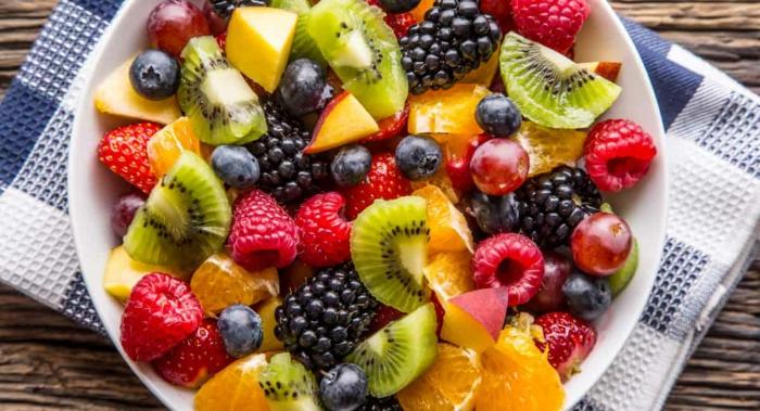 salade de fruit maison, myrtilles, kiwis, baies bleues, mandarines, serviette aux carreaux, salade de fruits d'hiver