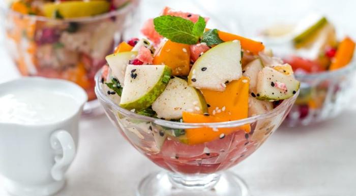salade de poires, mangue, pomelo, feuilles de menthe, pommes, garniture sauce au yaourt