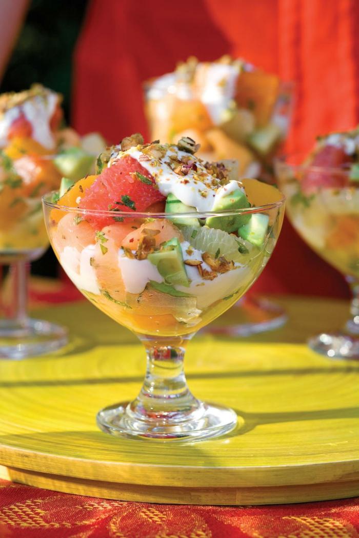 verrine appétissante, avocat, agrumes, noix et graines, sauce blanche, repas d'hiver fruitier