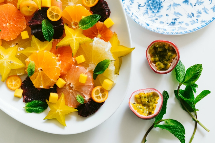 salade de fruits d'hiver de fruits exotiques, oranges, fruit du dragon, carambole, menthe, kumquats