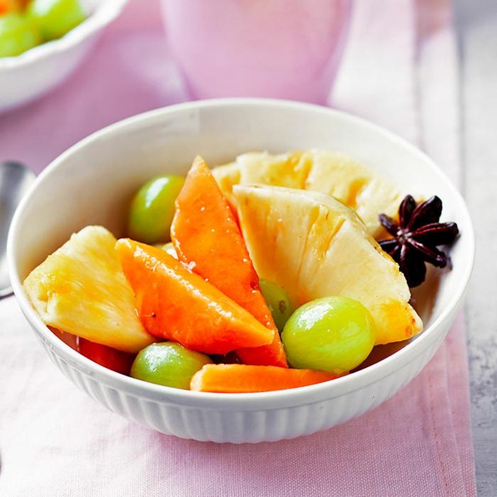 mangue, ananas, raisin blanc, carambole de tahiti, salade d'hiver de fruits dans un petit bol