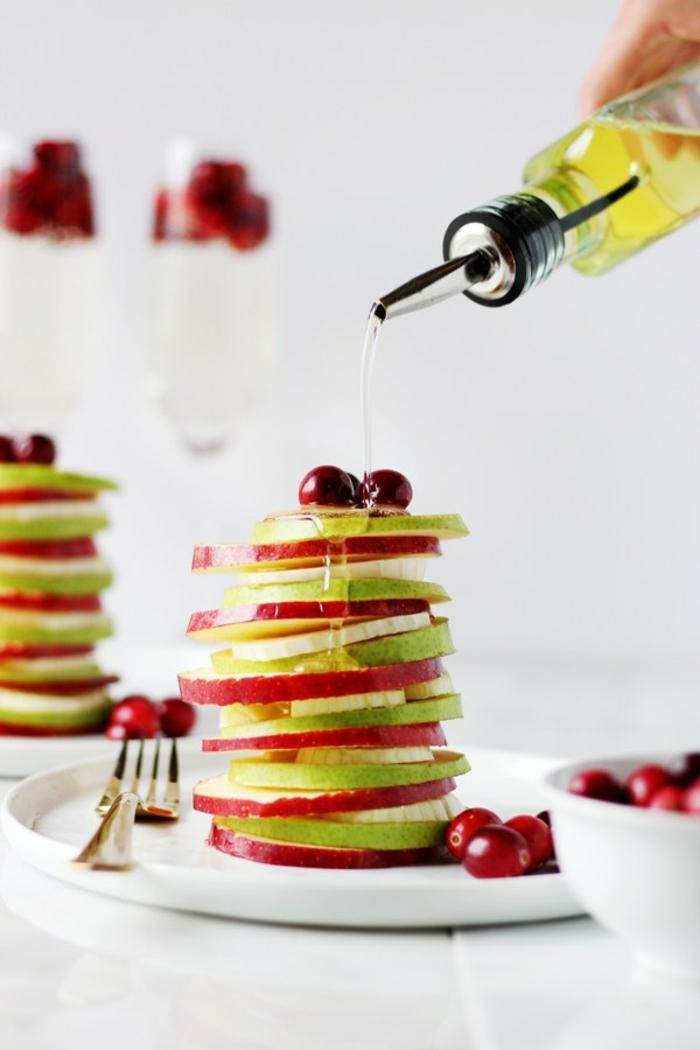 salade de fruit maison originale, repas de fête en rondins de pommes rouges et vertes, canneberges