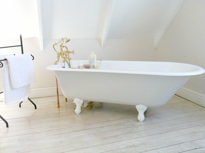 Contmporaine salle de bain au style vintage, decoration industriel, magnifique idée de salle de bain en photo, lux blanche decoration, robinet vintage doré
