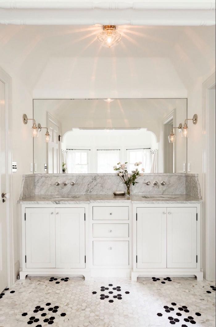 revêtement de sol en mosaïque hexagonale gris et noir, plan vasque en marbre avec crédence