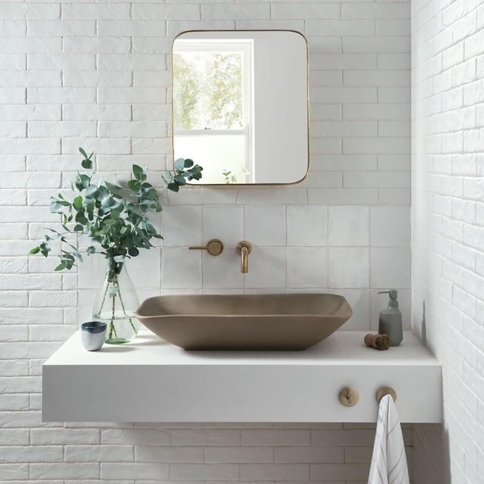 crédence en carrelage faience salle de bain d'inspiration marocaine qui se fond dans le décor de la salle de bains aux murs en briques blanches