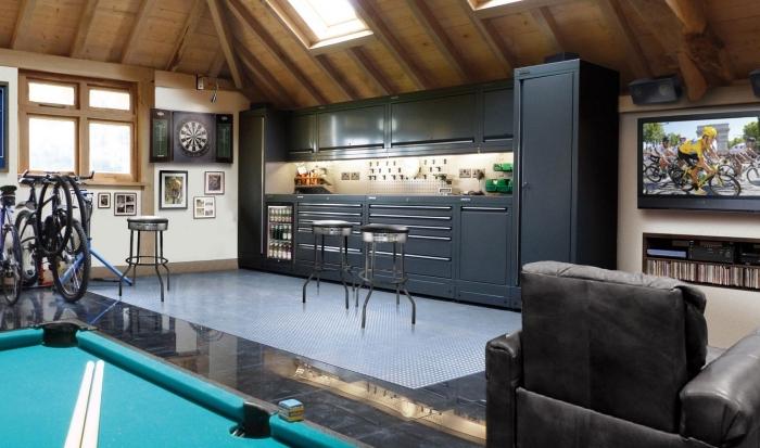 exemple amenagement garage moderne en salle de jeux, idée transformation de garage, meuble rangement garage