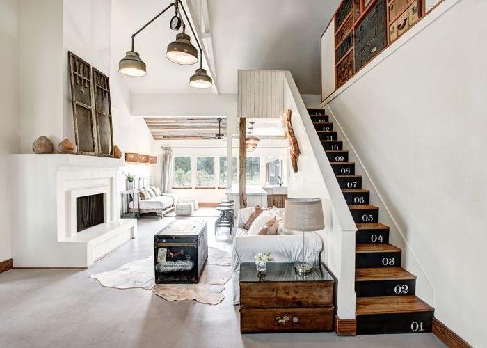 un petit escalier en bois aux contremarches peintes noires avec des chiffres réalisés au pochoir, relooker un escalier à l'aide de la peinture