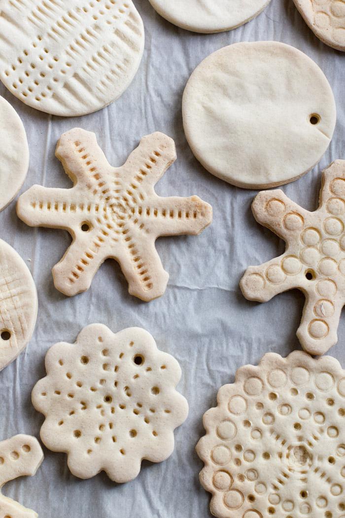 photo de cuisson pate a sel au four pour fabrication ornements deco de noel à 150 degrés
