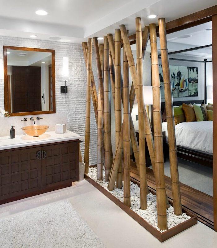 mur de bambou, cloison decorative végétale dans galets blancs, separation chambre à coucher salle de bain