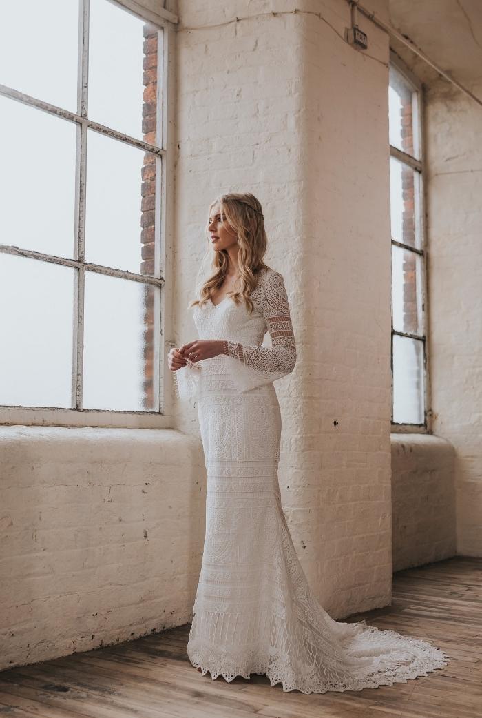 mode couture nuptiale 2019, modèle de robe sirène à design bohèle chic avec motifs de dentelle florale et macramé