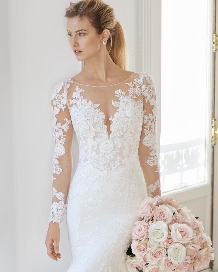 mode mariage pour femme, modèle robe fourreau mariage à ras du cou transparent et manches à effet tatouage