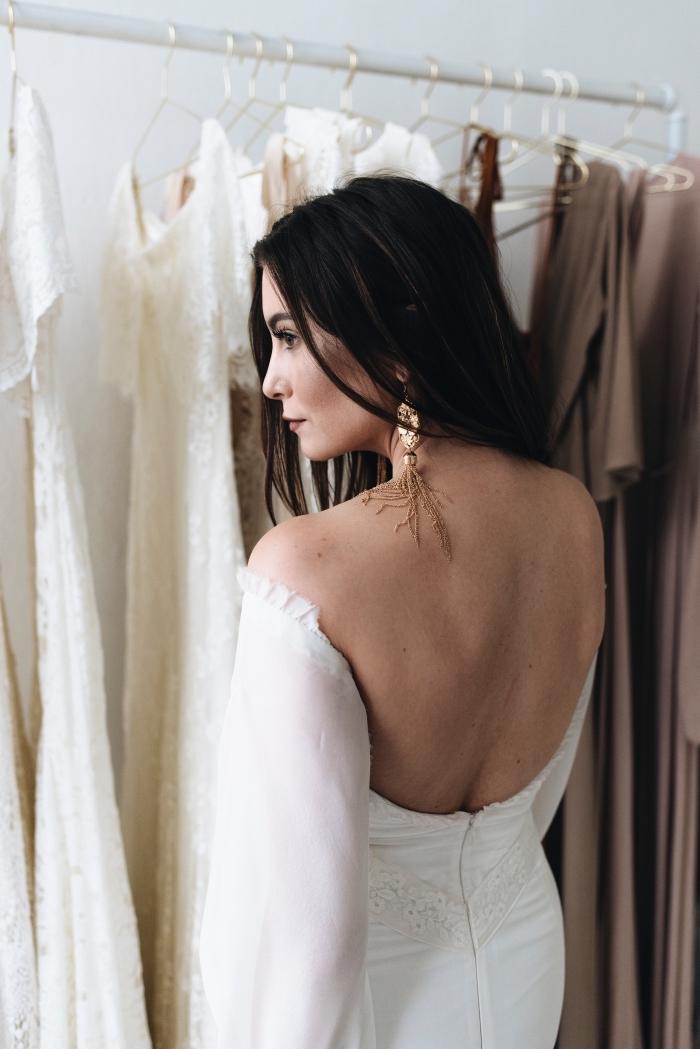 vision élégante pour mariage femme, modèle de robe de mariée à manches longues avec dos nu et fermeture éclair