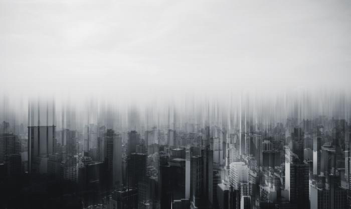 photo noir et blanc originale d'une métropole moderne avec les silhouettes de ses gratte-ciel