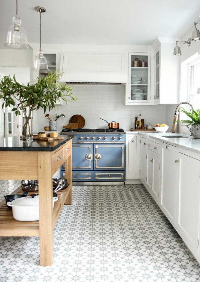 cuisine style country chic, table en bois, rangement, cuisinière bleue, placards blancs, armoires vitrées