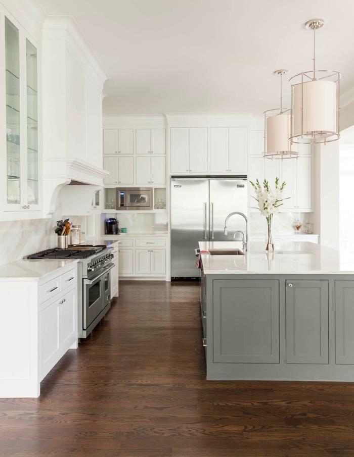 cuisine bois et blanche, îlot gris, lampes pendantes cylindriques, armoires blanches suspendues, sol cuisine foncé
