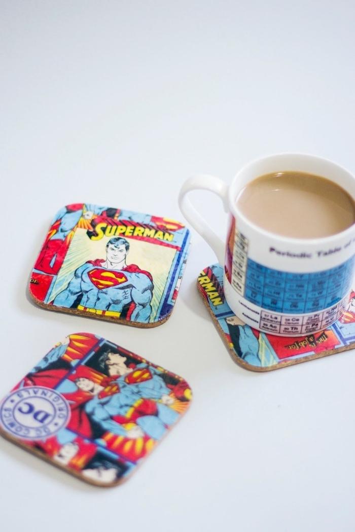 sous-verres avec les super héros de l'univers marvel et tasse de café avec le tableau périodique, cadeau insolite homme geek