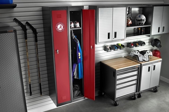 amenagement atelier dans un garage, idée meuble de rangement fonctionnel avec étagères et armoires de style industriel