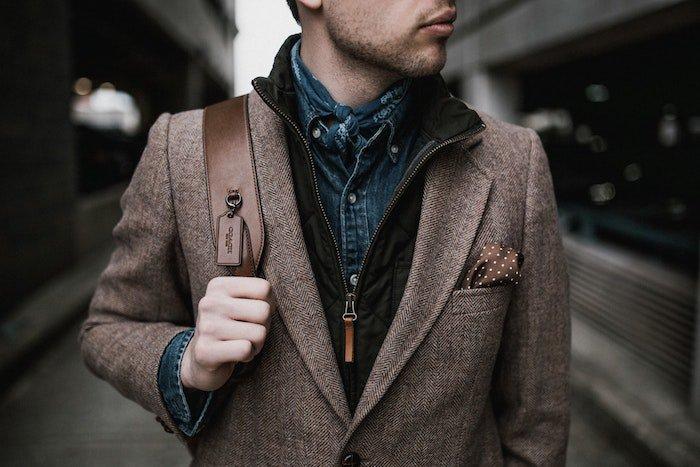 idée de tenue homme style décontracté chic, veste marron, gilet, chemise en jean, fichu homme, le layering en mode homme