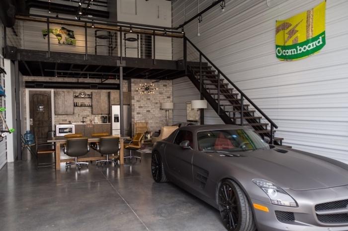 exemple comment amenager son garage en repaire masculine, modèle garage avec table et chaise de style industriel