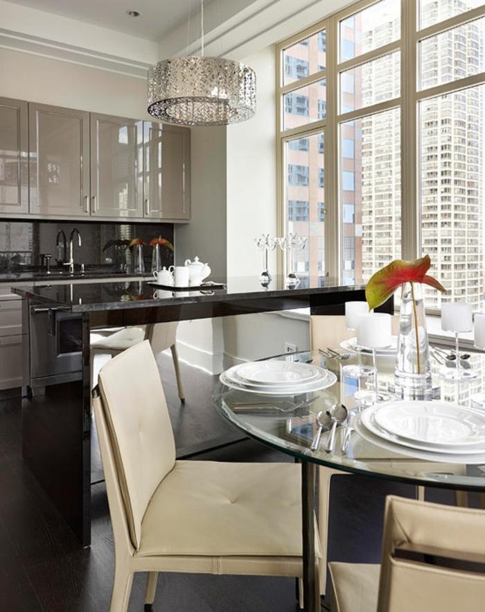 cuisine ouverte moderne, bar de cuisine luxueux, table ronde avec chaises beiges, plafonnier rond, placards gris laqués