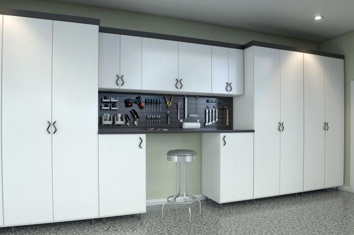 déco de garage moderne avec murs verts et meubles blancs, modèle armoires blanches avec étagères et crochets pour outils