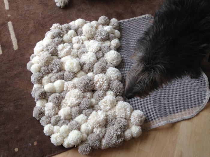 comment créer des tapis de pompons avec toile à canevas pour tapis, tapis en gris clair et blanc et chien noir