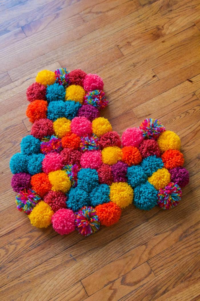 tapis tête de Minnie, pompons en couleurs radiantes assemblés en forme originale
