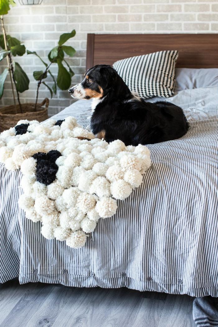tapis de lit pompons, couette de lit rayures, cache-pot de fleur tressé, tête de lit en bois, grand chien