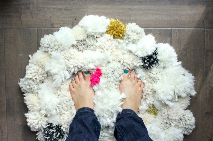 tapis blanc et moelleux, touffes épaisses, tapis design scandinave, sol en planches de bois