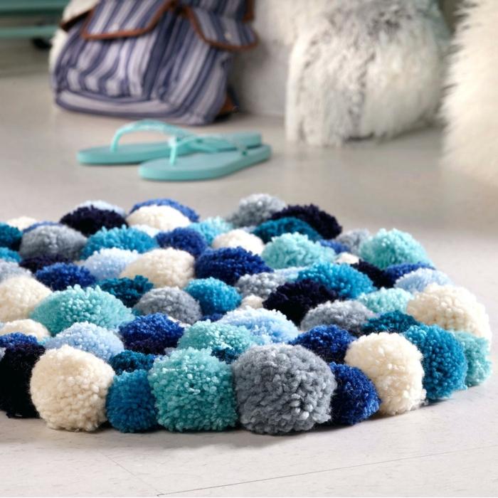petit tapis pompon en bleu et blanc, tapis mozaique, diy déco pour l'intérieur, coussins poilus
