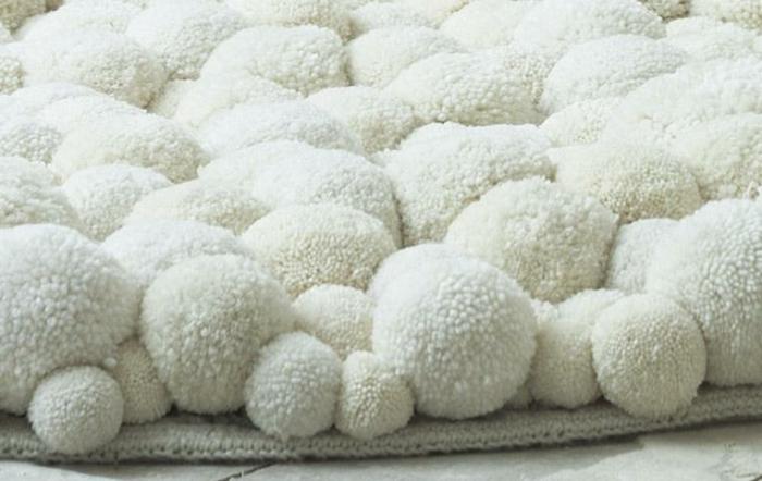 texture de tapis blanc aux pompons de taille différente, pompons blancs compactes, déco deux tapis