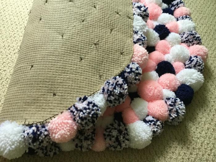 tapis rond aux couleurs douces, pompons aux fils de laine mélangés, tapis épais aux couleurs flattantes