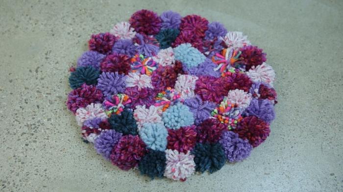 petit tapis en bleu, lilas et mauve, déco diy à faire avec ses propres mains, tapis moelleux