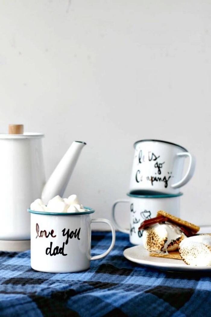 une tasse à café émaillée modèle mug de camping personnalisée avec joli lettrage à la main, idée de cadeau de noël pour papa personnalisé