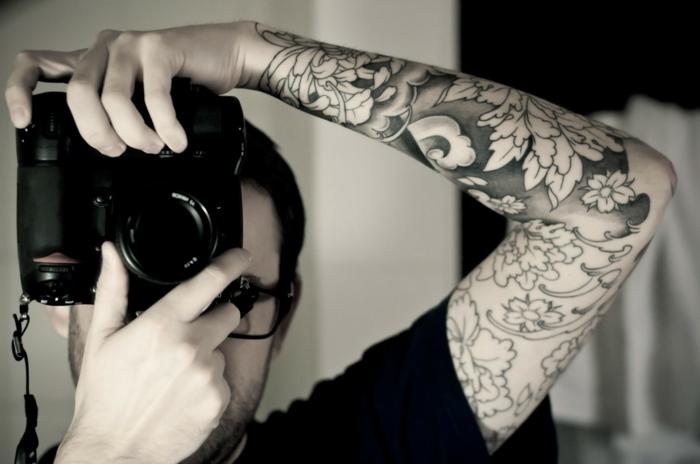 Tatouage graphique manchette fleurie, homme et apareil de photo, choisir son premier tatouage minimaliste stylise