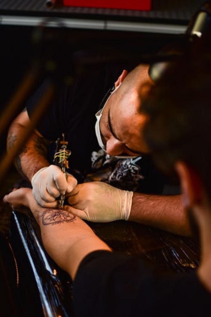 Belle idée de tatouage géométrique stylisé tatou homme art tatoueur créative idée tatouage fleur dans cercle