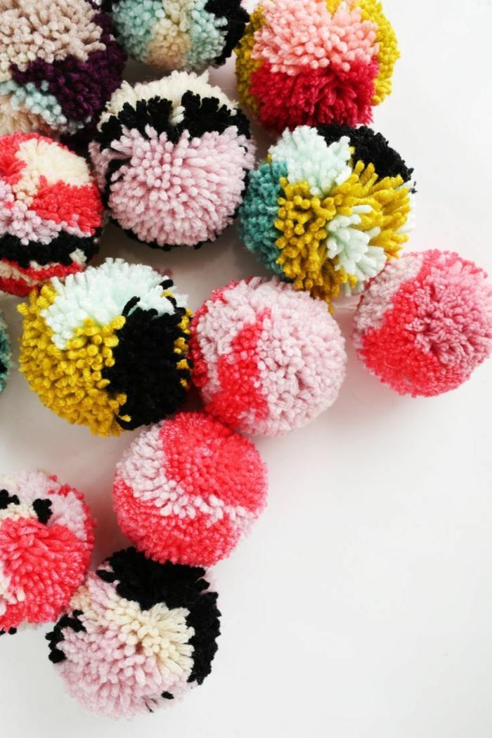 pompons multicolores, couleurs acidulées, diy déco pompons bariolés, comment créer des pompons