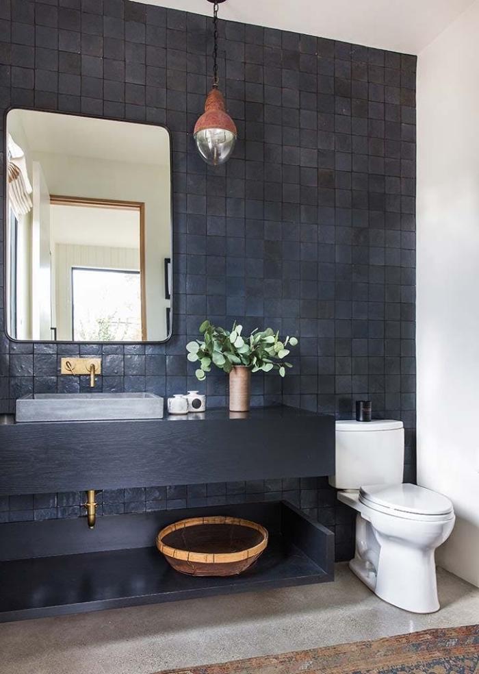 un mur d'accent en carrelage zellige noir accordé avec le plan vasque noir pour une ambiance élégante et authentique