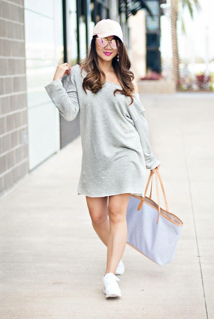 pull gris femme, sac large bleu pâle, casquette blanche, baskets blancs, tenue sombre et stylé