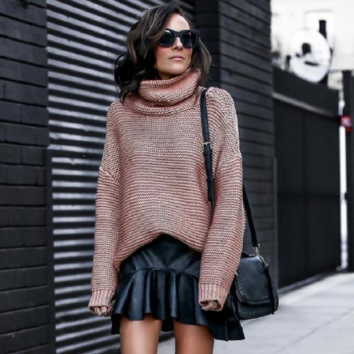 gros pull femme, jupe courte en cuir, sac noir, cheveux détachés châtain, tenue stylée pour la mi-saison